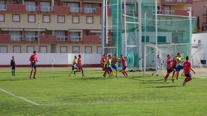 Arriba, la jugada que acabaría en el gol de Zamorano; abajo, los capitanes con el trío arbitral, ayer en Isla.