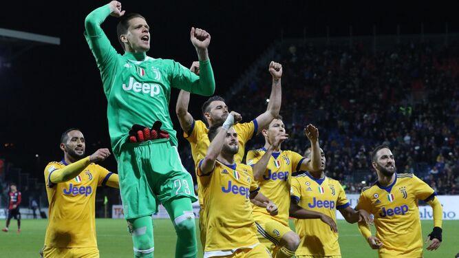 Los jugadores de la Juventus celebran la victoria lograda en Cagliari en la última jornada.