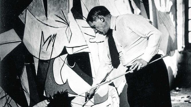 Picasso fotografiado por Dora Maar en 1937 mientras pintaba su icónico mural.
