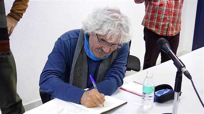 1  y 3. Visitantes  admiran las obras de Velasco en el Vázquez Díaz, una muestra plagada de retratos. 2. El artista catalán firma en el libro de honor del museo.