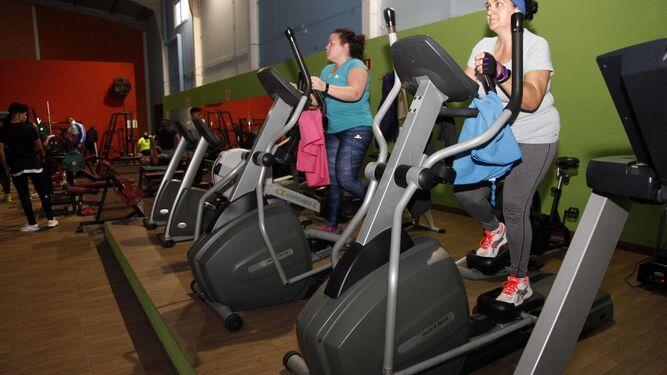 Muchos son los onubenses que se aplican a fondo en el gimnasio para bajar los kilos de más que han cogido en las fiestas navideñas. Lucir tipazo en verano está solo al alcance de los más persistentes.