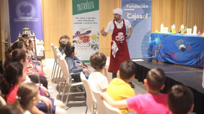 Los escolares participantes se acercaron a la importancia del aceite de oliva en la gastronomía, cultura y tradición andaluza. Conocieron las diferentes técnicas de recolección de la aceituna y las fases del proceso de elaboración.