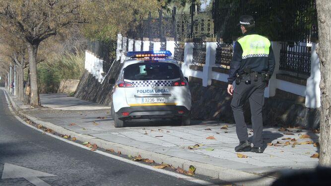 Un agente de la Policía Local se dirige al lugar del accidente en la Cuesta del Humilladero de la Cinta.