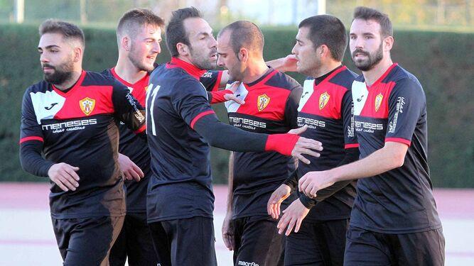 Los jugadores del Riotinto celebran un gol durante esta campaña.
