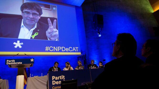 Artur Mas observa el mensaje por videoconferencia de Puigdemont en su despedida.