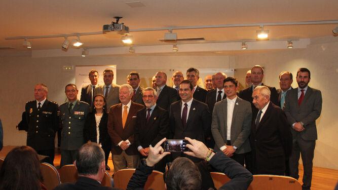 Los premiados posan con miembros de la Asociación Luis Felipe de la Ciudad de Huelva y con el presidente de la Fundación Caja Rural del Sur.