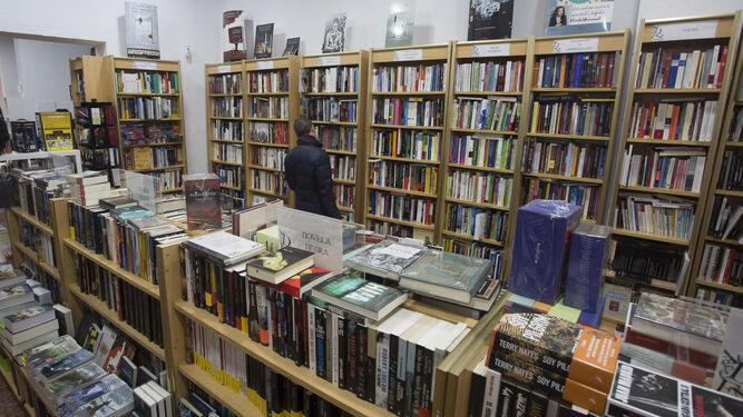 Estantes repletos de libros en el interior de la librería Dorian, uno de los nuevos establecimientos en Huelva.
