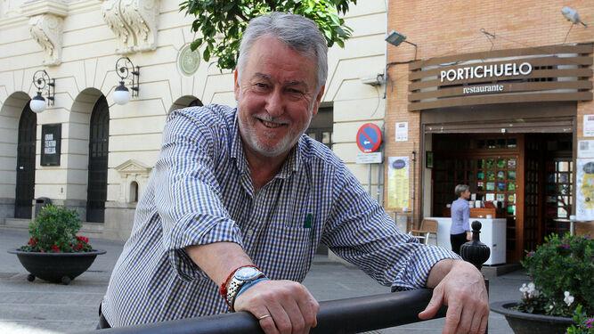 Manuel Gómez posa en un banco de la plaza Alcalde Coto Mora de la capital, donde tiene su conocido restaurante Portichuelo, junto al Gran Teatro.