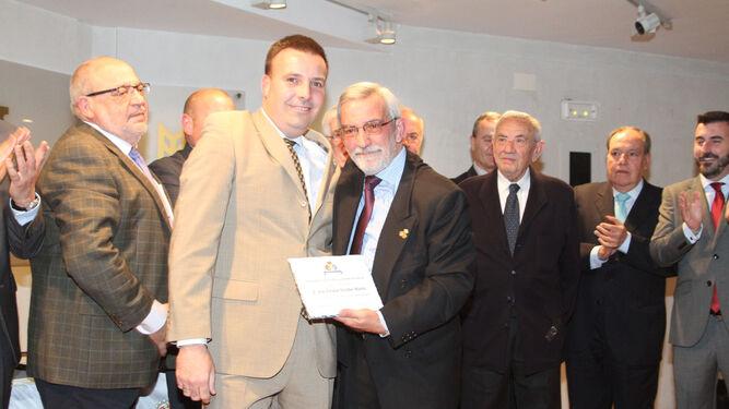 Reconocimiento al presidente de la asociación.