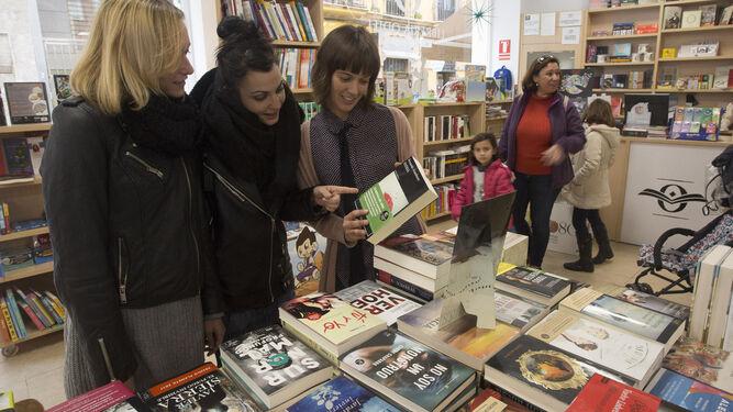 Una dependienta atiende a dos clientas en Odiel, en Vázquez López.