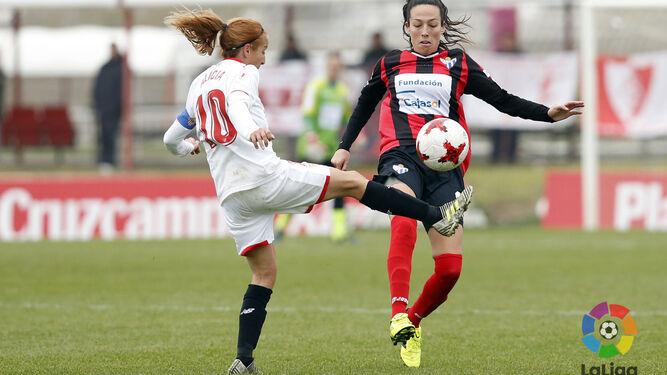 Elena Pavel (arriba); el Cajasol celebrando un gol; y Sandra Castelló (abajo), durante el partido de ayer en Sevilla.
