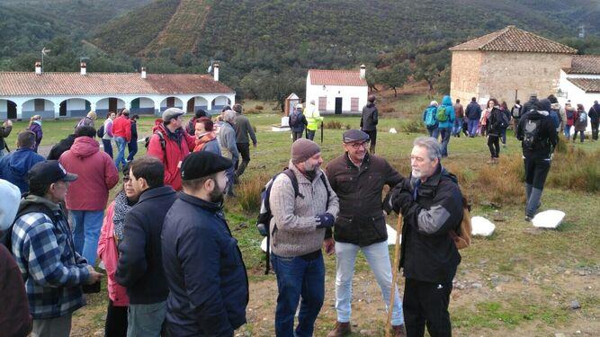 Momento de la protesta que tuvo lugar ayer en la ermita de Santa Eulalia.