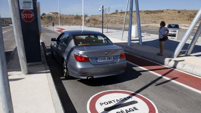 Un vehículo se detiene en el peaje portugués para abonar la tasa.