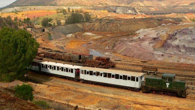 Tren turístico de Riotinto en uno de sus recorridos entre el característico paisaje minero de la zona.
