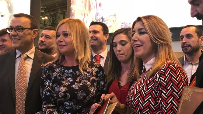 Gabriel Cruz, entre José Fernández y Elena Tobar, presentan 'Huelva, Ciudad que marca'.