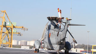 """Imágenes de las primeras horas del portaaviones """"Juan Carlos I"""" en el puerto de Huelva, durante su visita este fin de semana"""
