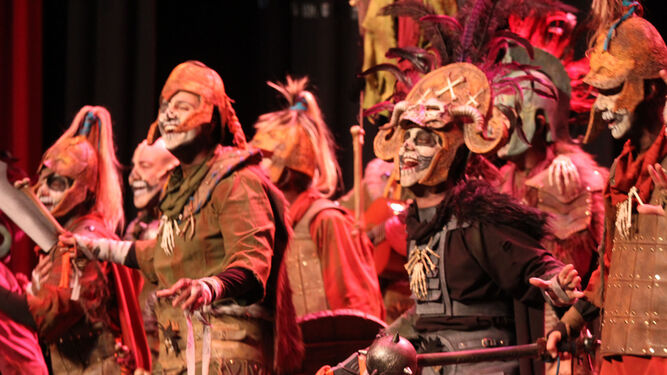 La comparsa de Punta Umbría El ejército calavera, durante su actuación en la primera jornada de preliminares del concurso del Carnaval Colombino.