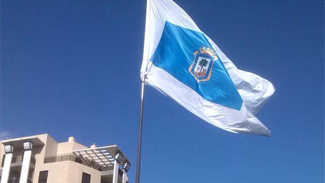 La bandera de Huelva, en la Plaza de los Litri, donde se ponen los vendedores de palmitos.