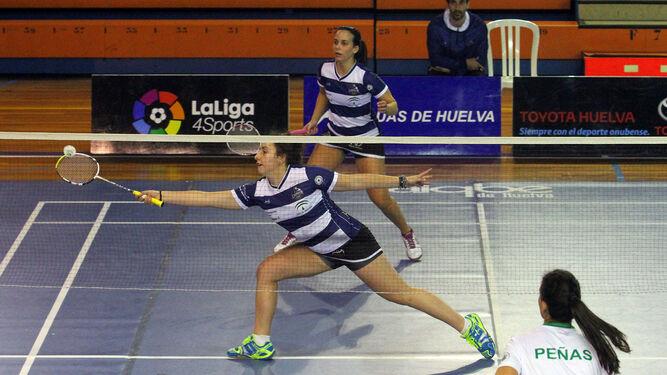 Nerea Ivorra y Haideé Ojeda (al fondo), ayer durante el partido de dobles femenino; a la derecha, Rodolfo Ramírez y Adrián Márquez en su partido.