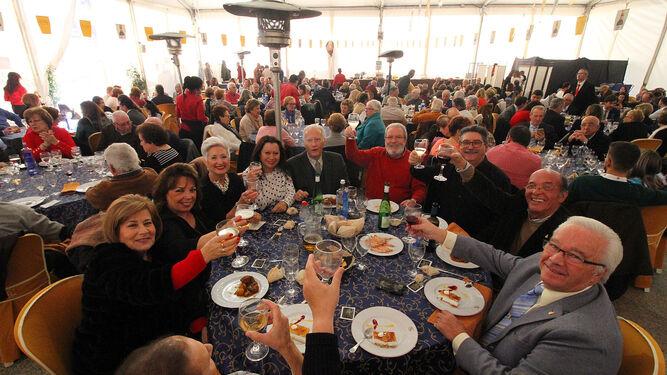 Ambiente festivo en las carpas de San Sebastián, donde familias y amigos disfrutan, como es habitual cada año, de un rato distendido.