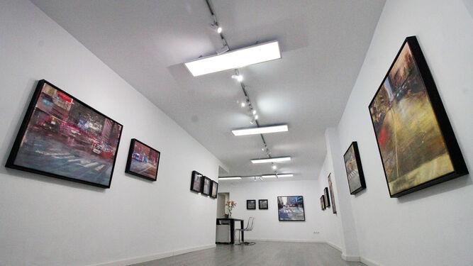 Vista general de la sala situada en la calle Miguel Redondo, con los cuadros de Pedro Rodríguez Garrido en sus paredes, en su última exposición, City lights, concluida ayer.