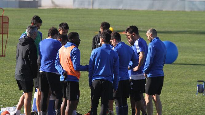 Los jugadores del Decano conversan durante la sesión de entrenamientos del pasado miércoles en la Ciudad Deportiva.