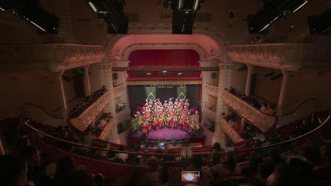 Los palcos del Gran Teatro, repletos, en una noche de carnaval en la que la destreza técnica tras el telón hace posible el lucimiento de las agrupaciones.