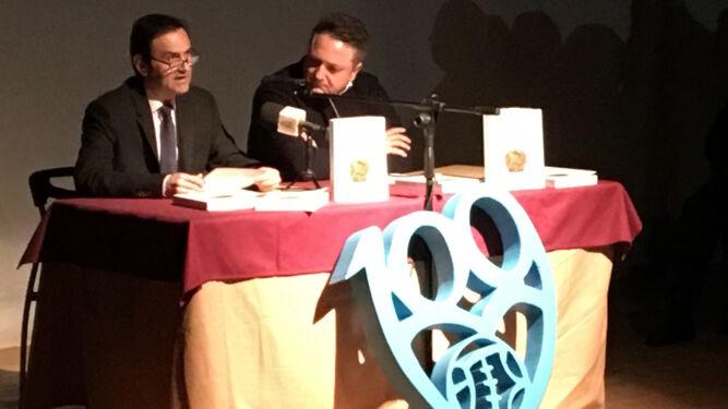 El autor del libro '100 años tras un balón' junto al del prólogo.