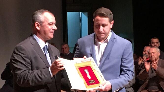 El presidente de la Onubense entrega la Medalla de Oro al del Nerva.