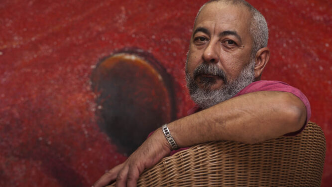 El escritor Leonardo Padura, en su estudio de La Habana.