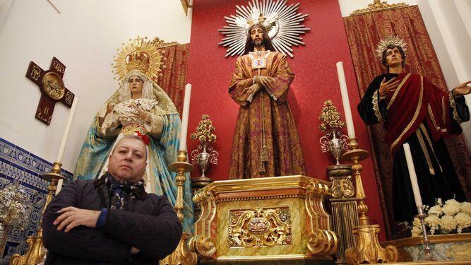 El hermano mayor de la Hermandad de Jesús Cautivo y la Virgen de la Paz, Francis Zamudio, ante la imagen.