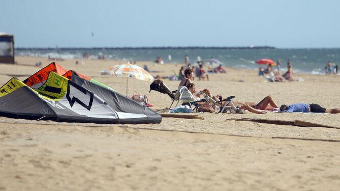 Bañistas en una playa de la costa onubense, el principal reclamo turístico con que cuenta la provincia de Huelva pero no el único, como refleja la estadística.