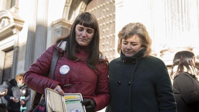 Marianela, junto a Ruth Ortiz, muestra fotos de su hija y su marido.