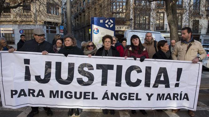 Mariano Olmedo, Ruth Ortiz, María Espinosa, Marianela Olmedo y otros familiares sostienen la pancarta que clama justicia para las víctimas, ayer en Granada.