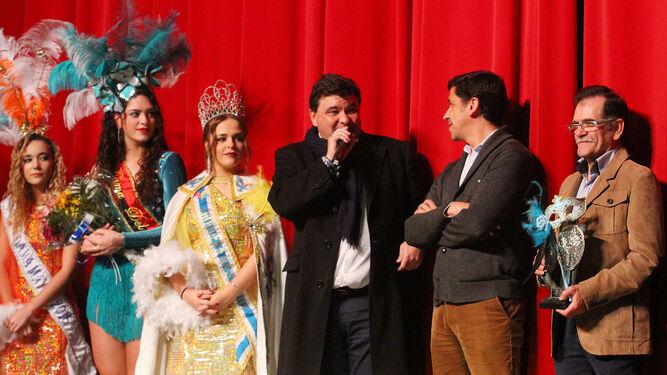 Los alcaldes de Huelva y Ayamonte, Gabriel Cruz y Alberto Fernández, en el acto de hermanamiento de los carnavales de ambas localidades, acompañados de Antonio Hierro, la choquera y damas.