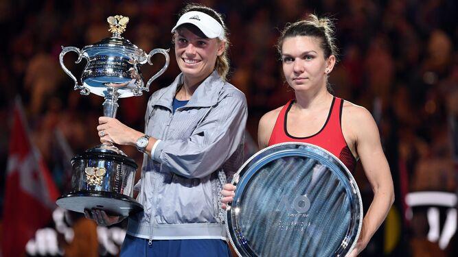Wozniacki (izqda) y Halep, con sus respectivos trofeos