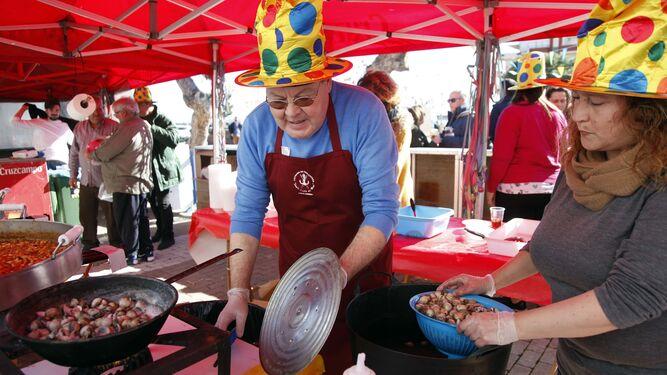 Diego Cordero Pérez prepara los berdigones para su degustación.
