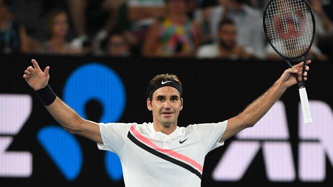 Federer alza los brazos tras ganar el partido