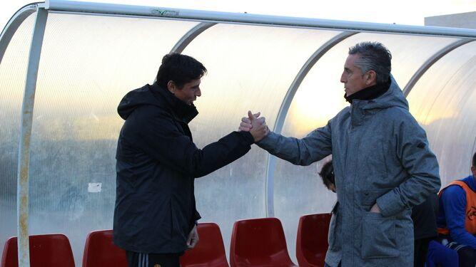 Jesús Vázquez y Alejandro Ceballos se saludan antes de comenzar el choque.