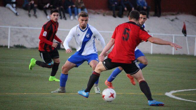 Un lance del choque que disputó ayer el Atlético Onubense en Gerena, donde estrenó su casillero de puntos en 2018.