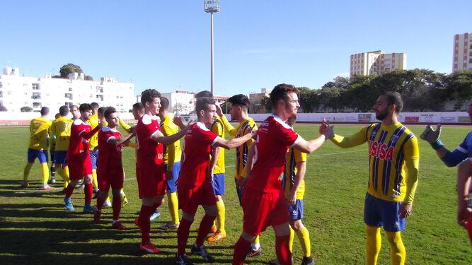 Saludo inicial entre los jugadores del Isla Cristina y el Antoniano.