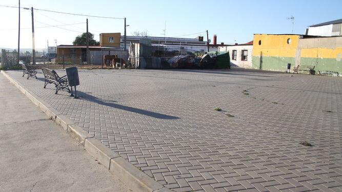 Poco mobiliario en una de las plazas públicas que hay en este barrio de Huelva.