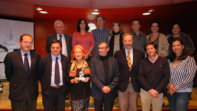 Rosa María Calaf posa con su premio entre las autoridades políticas y académicas presentes en el acto. Detrás, en el centro, tres hermanos de Ángel Serradilla: Manolo, Carmela y Antonio.