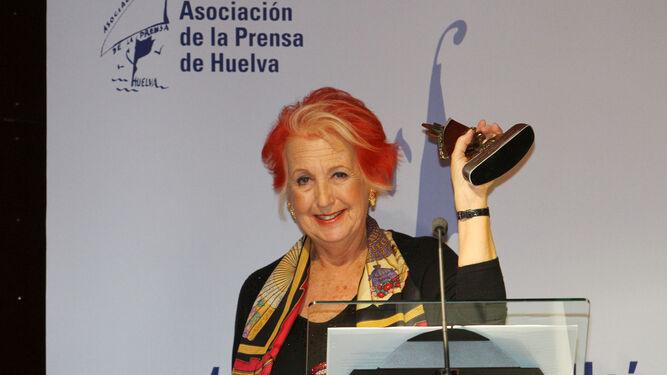 Rosa María Calaf recoge el premio Ángel Serradilla.
