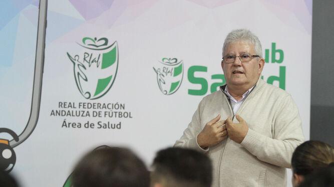 Dos momentos de la intervención del doctor Jerónimo Escudero ayer en las instalaciones federativas de La Orden.