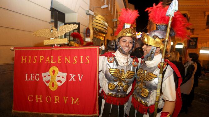 Dos componentes del coro sevillano La Centuria, que actuó en primer lugar.