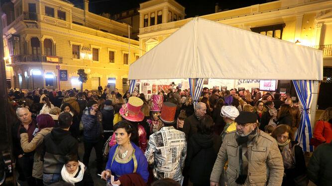 Las inmediaciones del Gran Teatro y la carpa del Pati, ayer, llena de gente, minutos antes de que comenzara la fase final del concurso de agrupaciones.