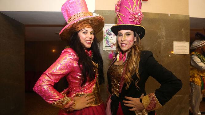 Dos jóvenes disfrazadas en la entrada del Gran Teatro.