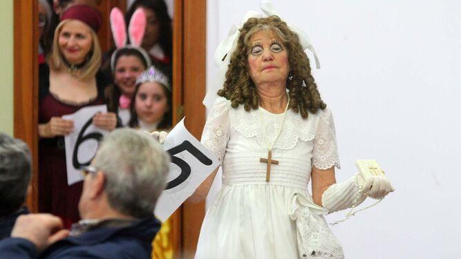 Pepi Redondo, la Abuela del Carnaval Colombino, durante su desfile en el acto de elección que tuvo lugar en el Centro Social Lazareto.