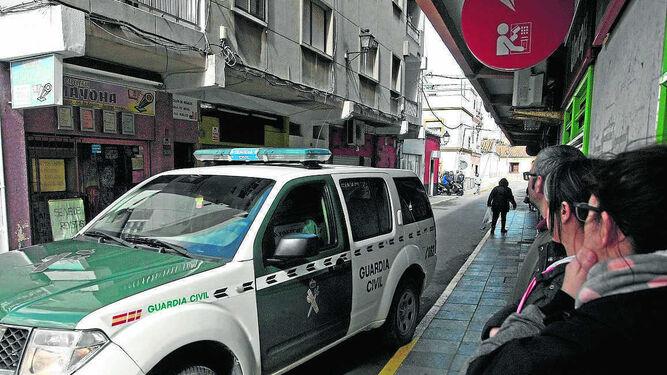 Varias personas observan el despliegue de la Guardia Civil, ayer en San Roque.